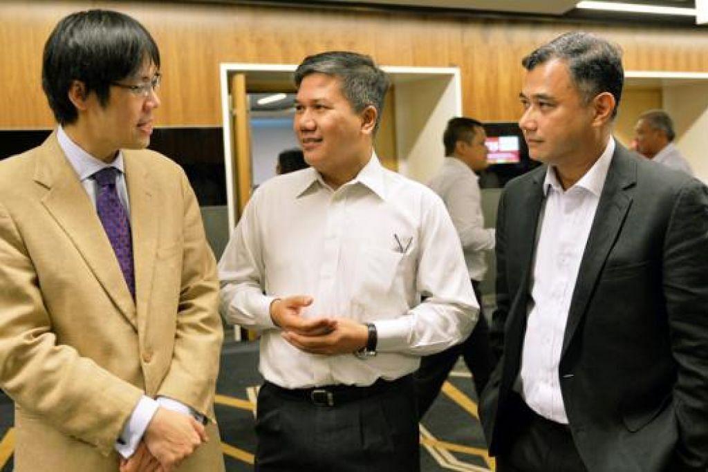 SEMINAR BINCANG MASALAH HUTANG: (Dari kiri) Profesor Theseira; Pengerusi AMP, Encik Azmoon Ahmad; dan Zamil Penyelidikan Institut Pengajian Dasar (IPS) di Sekolah Dasar Awam Lee Kuan Yew, Universiti Nasional Singapura (NUS), Dr Faizal Yahya berbincang semasa di seminar Community In Review anjuran AMP dan Rima semalam. - FOTO MOHD KHALID BABA