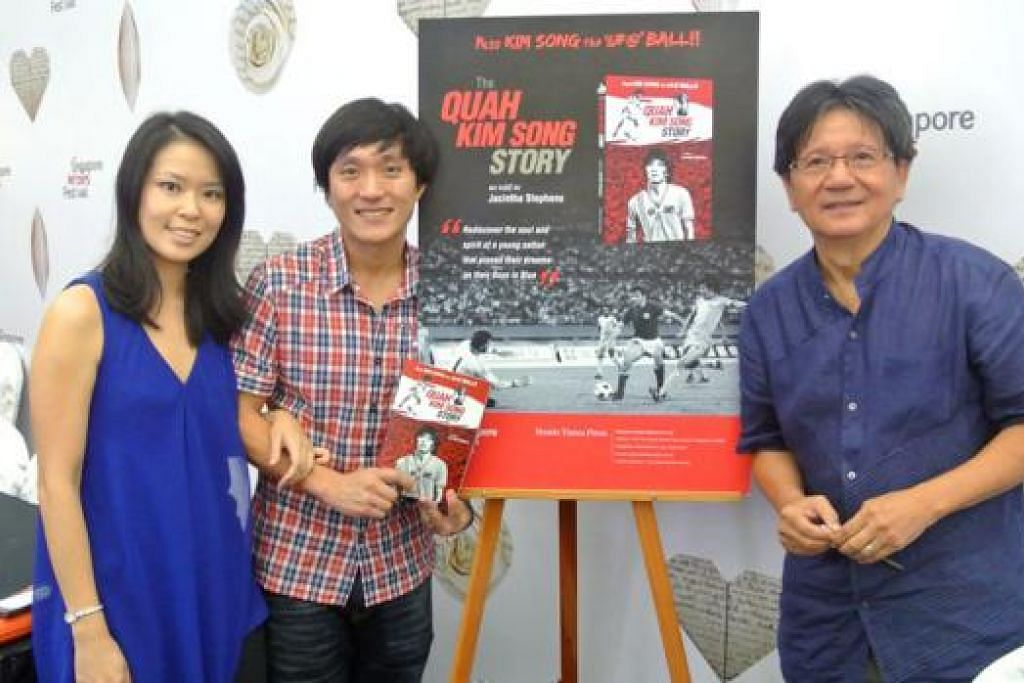 TIDAK IKUT JEJAK AYAH: Kim Song bersama kededua anaknya, Leonora (kiri) dan Leon, dalam majlis pelancaran bukunya.