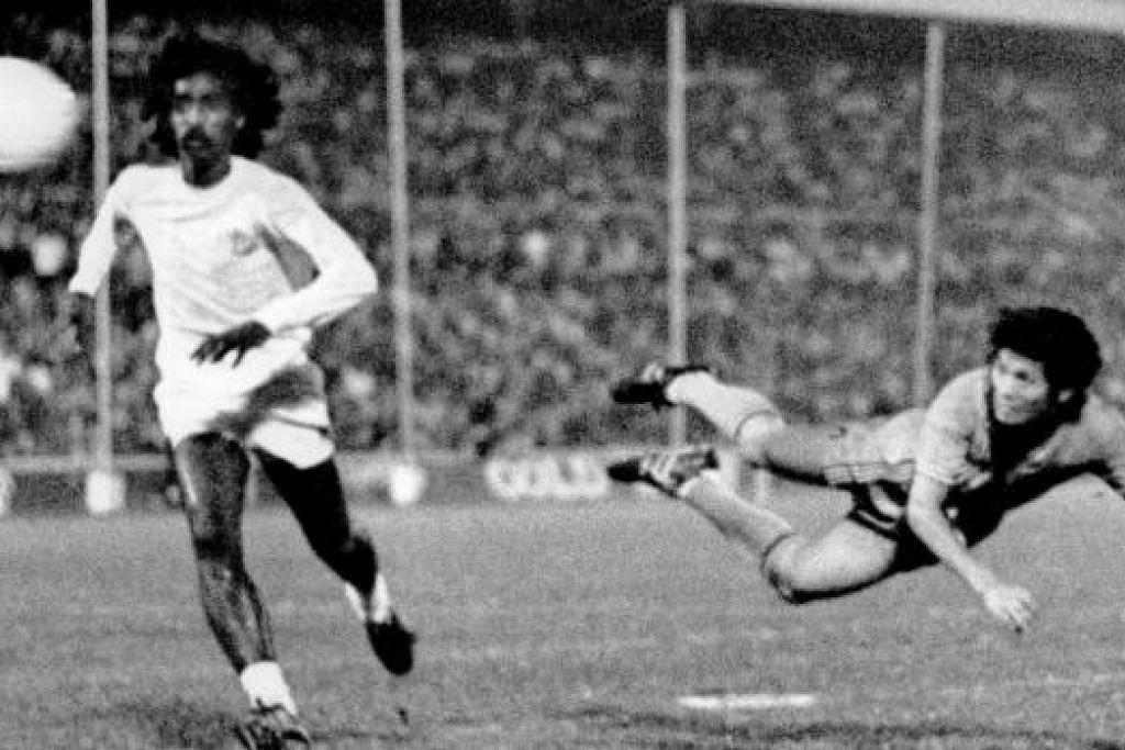 GOL PEMBUKAAN: Kim Song (kanan) menjatuhkan badan untuk menanduk masuk gol pembukaan Singapura dalam final Piala Malaysia menentang Pulau Pinang di Stadium Merdeka pada minit keempat perlawanan.