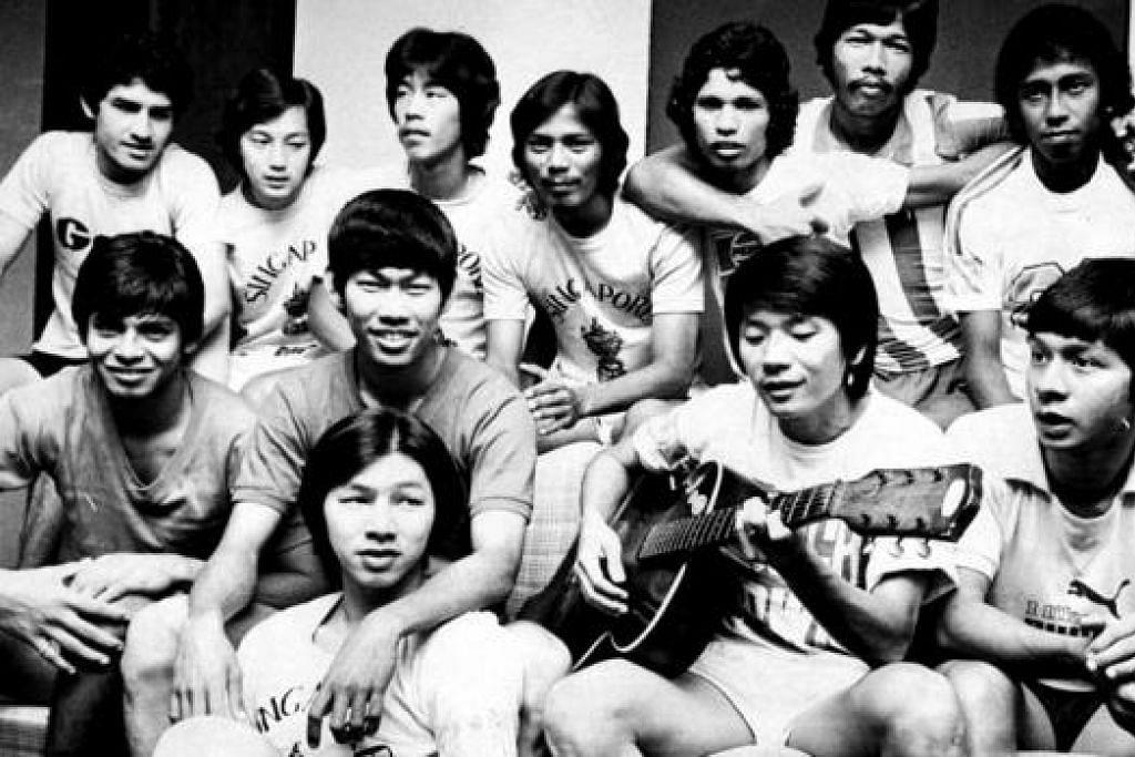 BERBILANG BANGSA TETAPI AKRAB KETIKA BERSAMA: Kim Song (memetik gitar) bersama rakan-rakannya, (baris belakang, dari kiri) Samad Allapitchay, Mohamed Noh, Lee Bee Seng, Hasli Ibrahim, Zainal Abidin, Arshad Khamis dan Dollah Kassim. (Baris tengah, dari kiri) Brian Rozario, Robert Sim, Brian Batchelor. (Baris depan) Lim Teng Sai. – Foto-foto fail