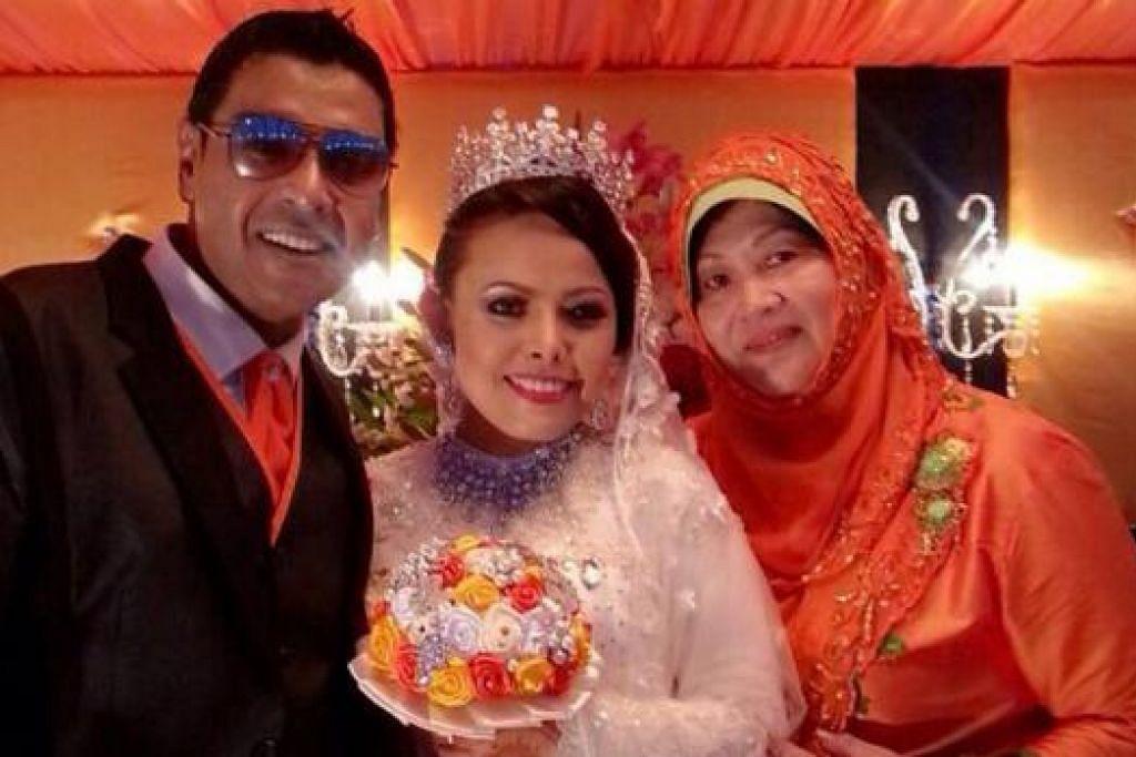REWANG SAMA: Di majlis persandingan Syah Ibrahim dengan Ana Wahyuni, Cik Tan (kanan) mengenakan pakaian Melayu yang lengkap dengan tudung.