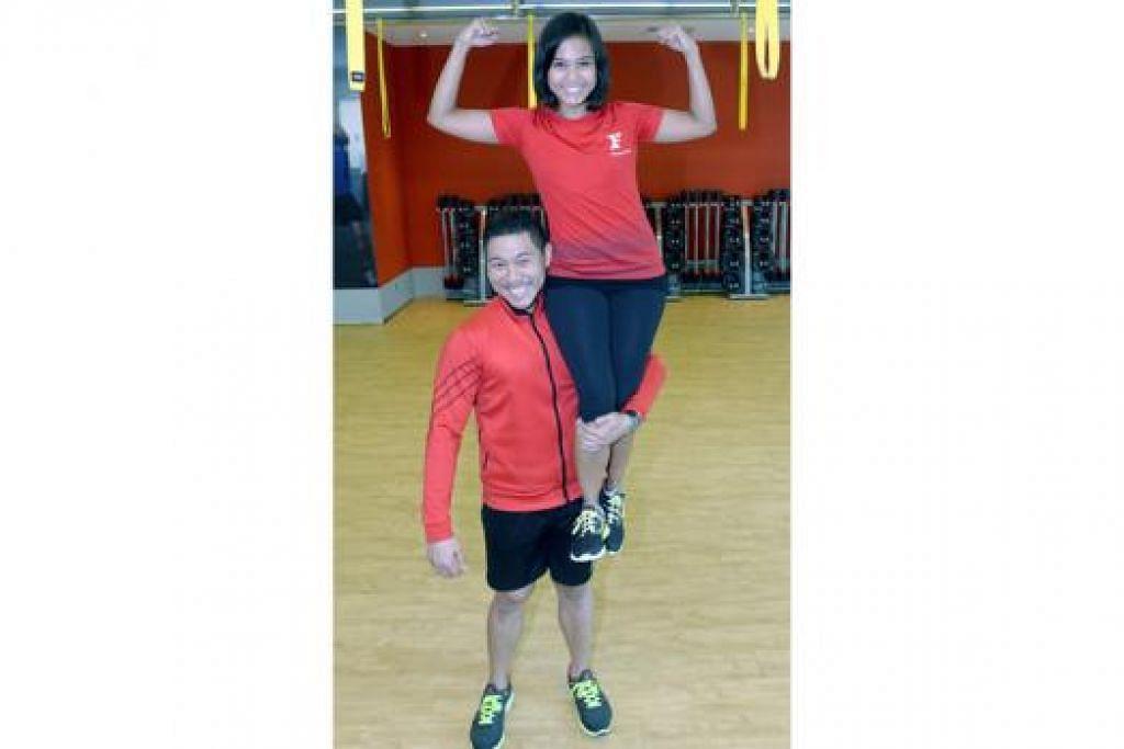 CINTA DI GIM: Pasangan suami isteri, Encik Tawfiq Chong dan Cik Naila Misran, berjumpa di tempat tugas sama di gim Fitness First. - Foto TAUFIK A. KADER