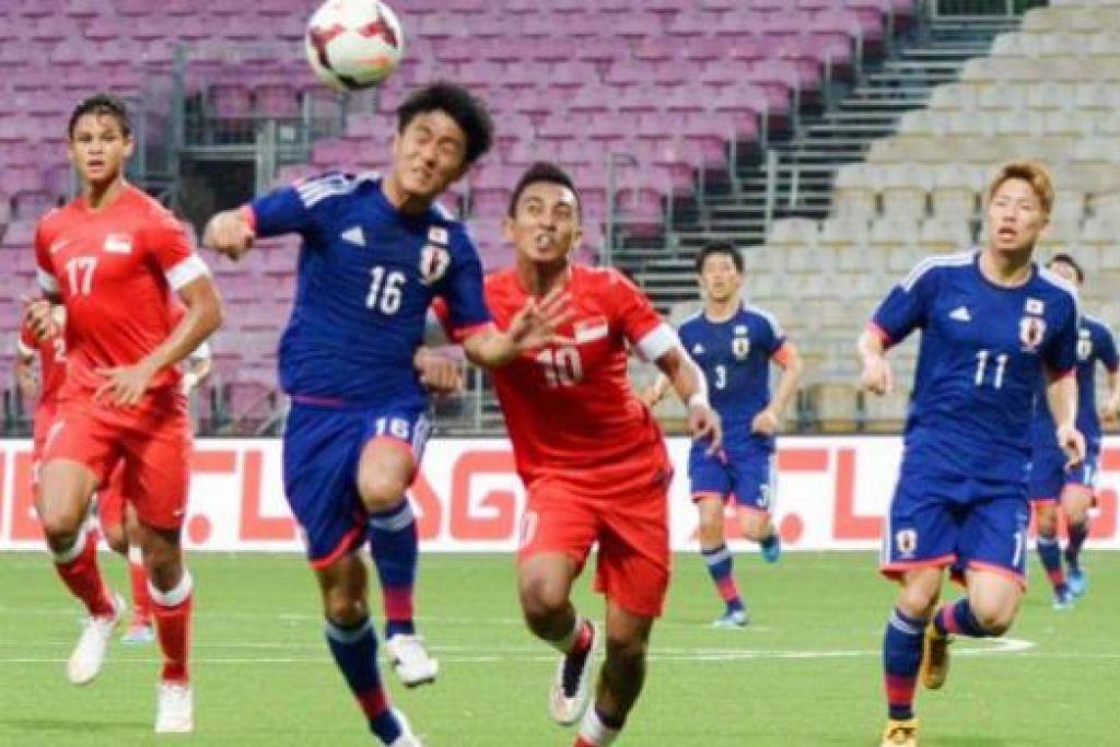 CUBA MENGASAK: Penyerang Young Lions Faris Ramli (jersi merah, No 10) cuba mengasak pemain Bawah 22 Tahun Jepun dengan diperhatikan Irfan Fandi (No 17). Meskipun dibelasah lapan gol, Irfan masih mampu menunjukkan kemampuan dengan menjaringkan gol tunggal pasukan. - Foto FAS