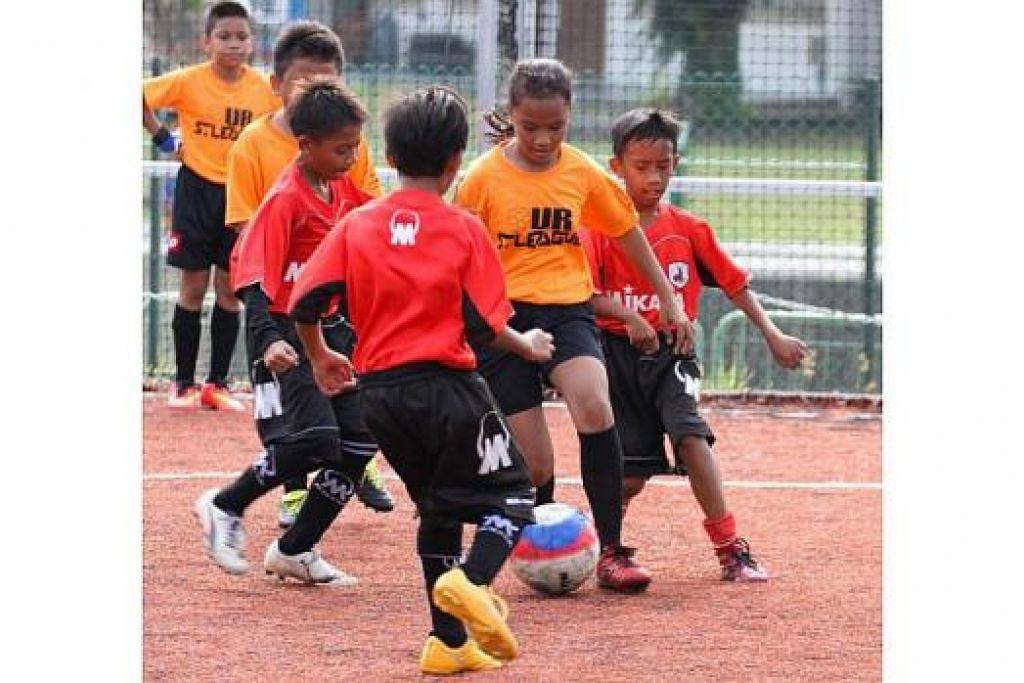 SERONOK BERTEMASYA: Kanak-kanak daripada pasukan peminat kelab Liga-S yang bertanding terlebih dahulu turun ke padang dalam Temasya Futsal Liga-S sempena pelancaran musim baru Liga-S Great Eastern-Yeo's pagi semalam.