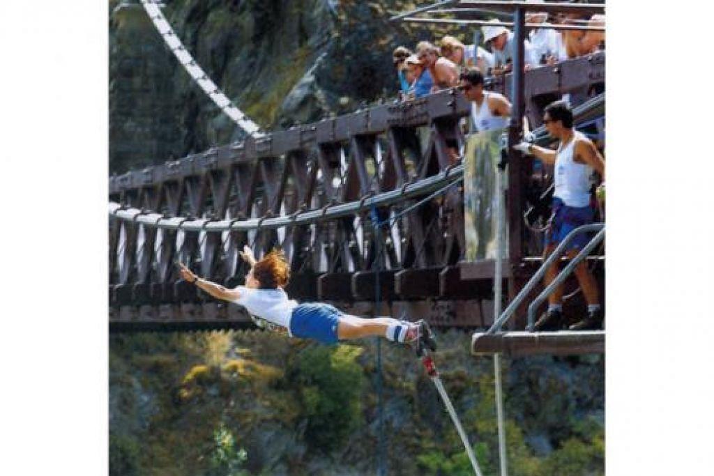 KEGIATAN PILIHAN: Warga Singapura kini lebih cenderung memilih kegiatan lasak seperti 'bungee jumping' (atas) dan rakit redah jeram ('whitewater rafting') ketika bercuti di luar negara, menurut tinjauan laman Hotels.com pada bulan lalu. - Foto fail