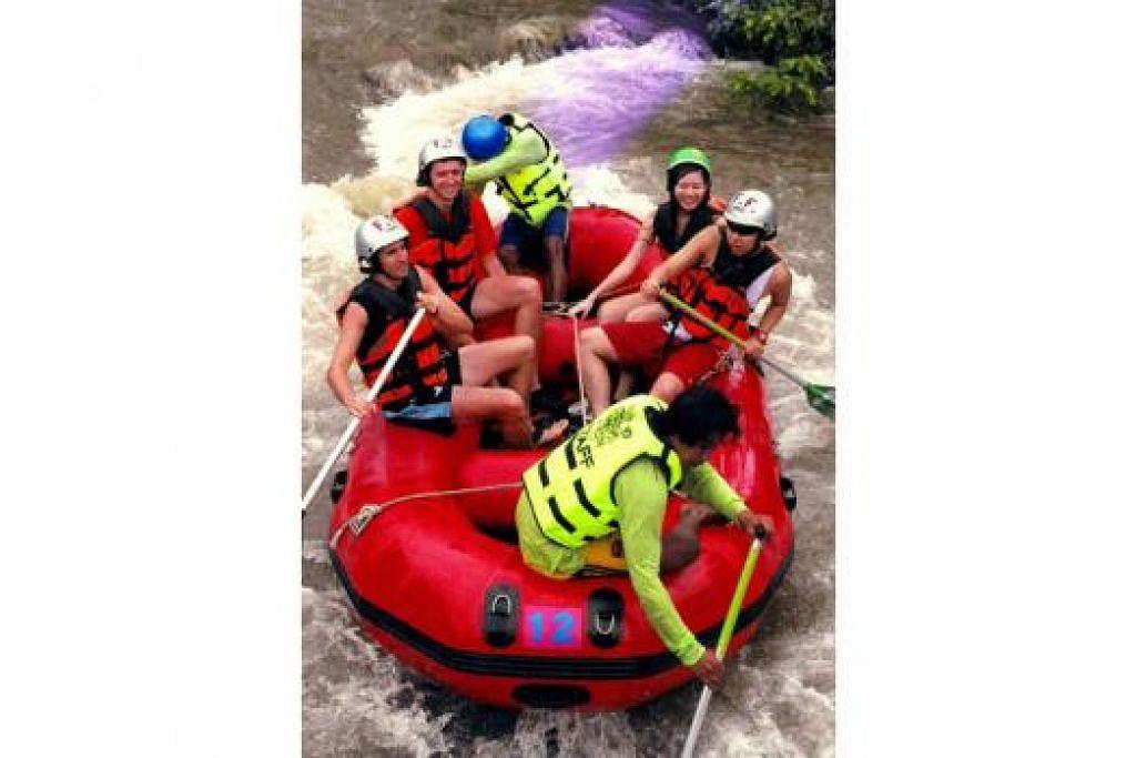 KEGIATAN PILIHAN: Warga Singapura kini lebih cenderung memilih kegiatan lasak seperti 'bungee jumping' dan rakit redah jeram ('whitewater rafting') (atas) ketika bercuti di luar negara, menurut tinjauan laman Hotels.com pada bulan lalu. - Foto fail