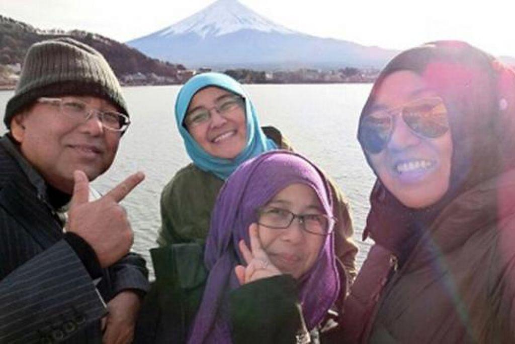 LUKISAN ALAMI: Penulis dengan tiga anaknya - Nur Zetty, Nur Diana dan Nur Atiqa - berlatarbelakangkan Gunung Fuji. - Foto ihsan ABDUL KADIR SALEH