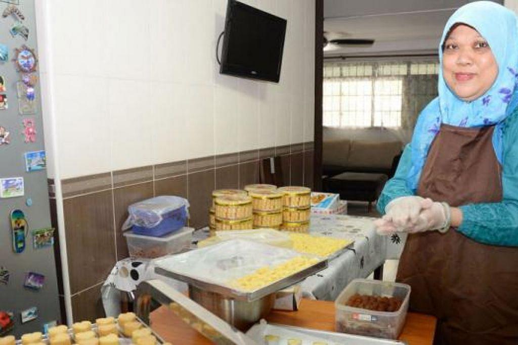 PERNIAGAAN BERTAMBAH MAJU: Cik Noraini Md Nor kini mampu menguruskan perniagaan membuat dan menjual kek dengan lebih baik selepas mengikuti program AMP. - Foto JOHARI RAHMAT
