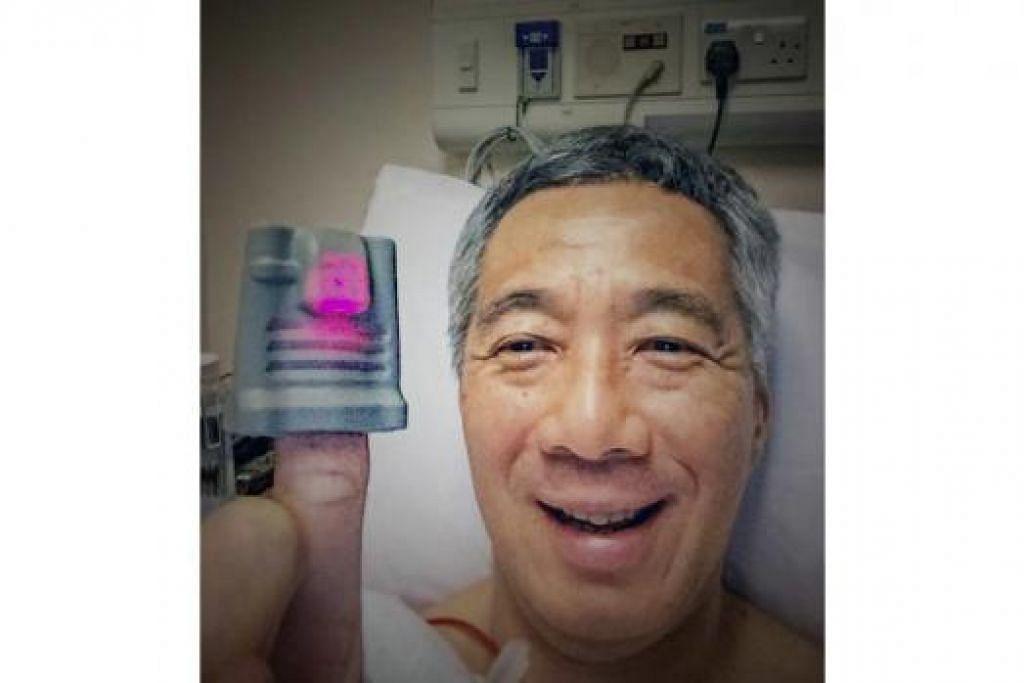 SEMPAT BERSELOROH: Encik Lee memuat naik gambar 'selfie' ini yang dipetik selepas menjalani prosedur biopsi di SGH bulan lalu dan sempat berseloroh selain mengucapkan terima kasih kepada orang ramai yang melahirkan rasa prihatin tentang keadaannya.
