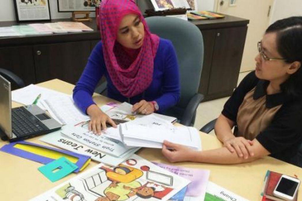 BUKU CERITA: Dr Elizabeth Pang (kanan) berbincang dengan Cik Azlina tentang pelbagai cara menarik minat membaca di kalangan kanak-kanak prasekolah. - Foto-foto HAIRIANTO DIMAN
