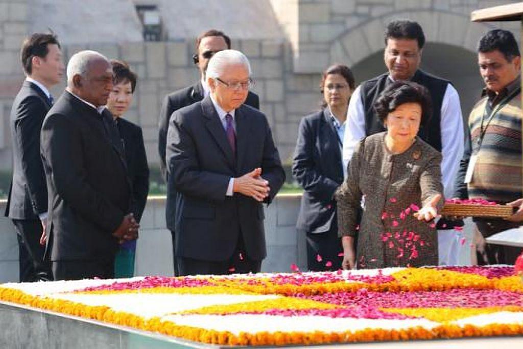 BERI PENGHORMATAN: Presiden Tony Tan (dua dari kiri) dan isterinya Cik Tan mengunjungi Tugu Peringatan Mahatma Gandhi. - Foto MCI