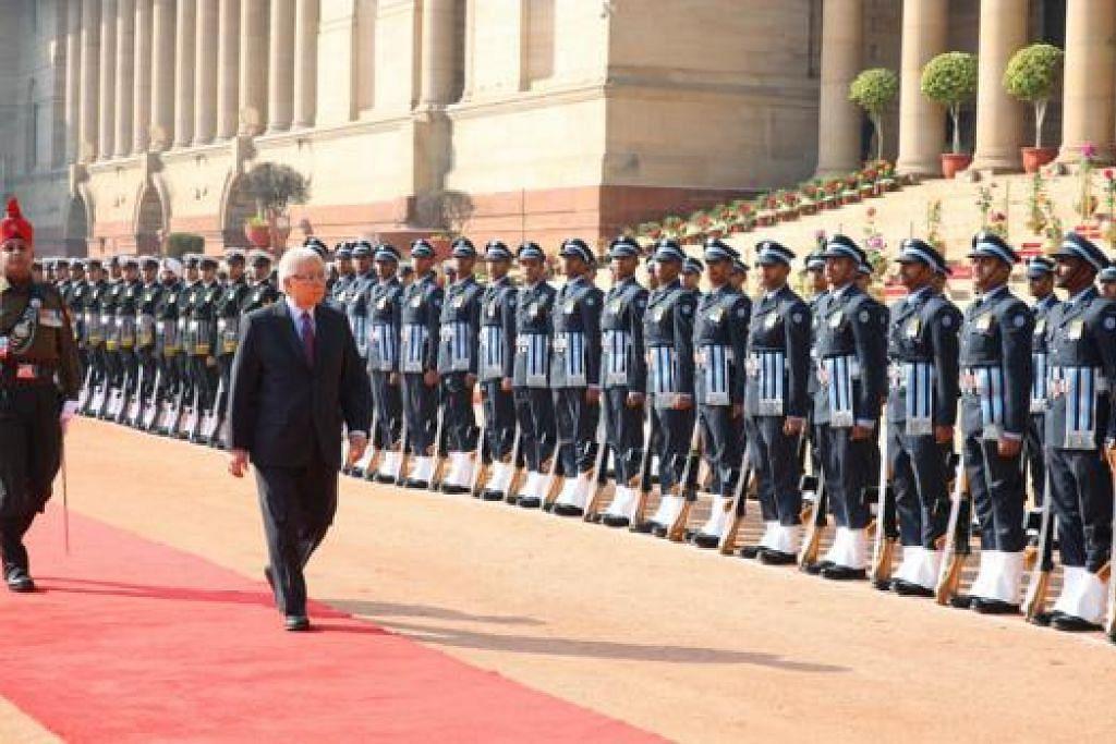 PENUH ISTIADAT: Presiden Tony Tan memeriksa kawalan kehormatan di Istana Presiden di India. - Foto MCI