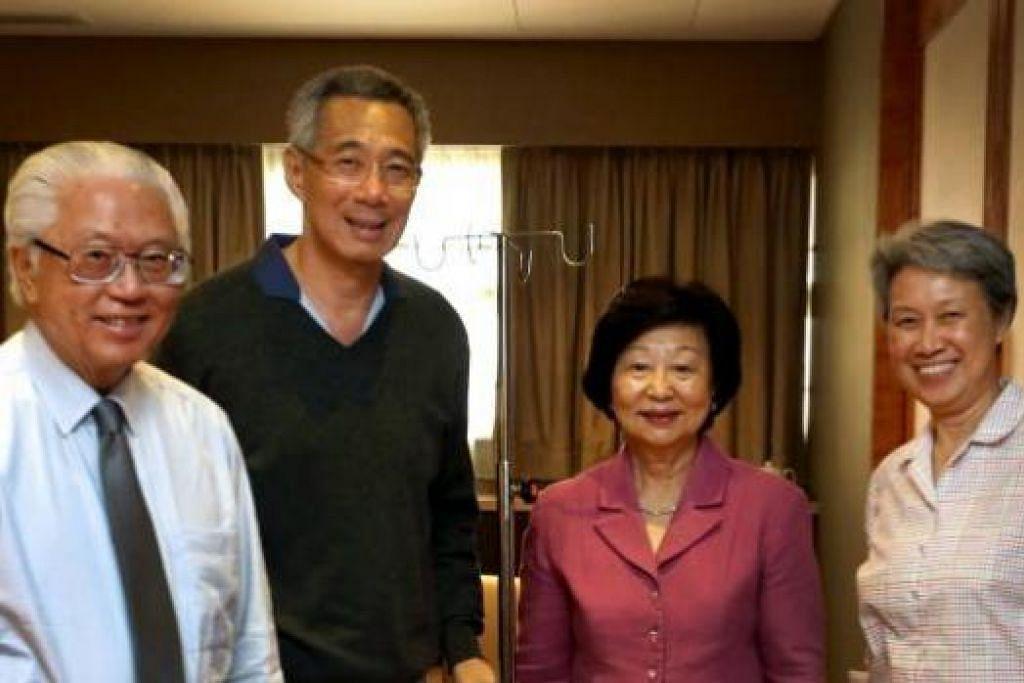 KUNJUNGAN DI HOSPITAL: Perdana Menteri Lee Hsien Loong (dua dari kiri) dan isterinya, Cik Ho Ching (kanan), bergambar dengan Presiden Tony Tan Keng Yam dan isteri beliau semasa kunjungan mereka ke hospital semalam. - Foto FACEBOOK