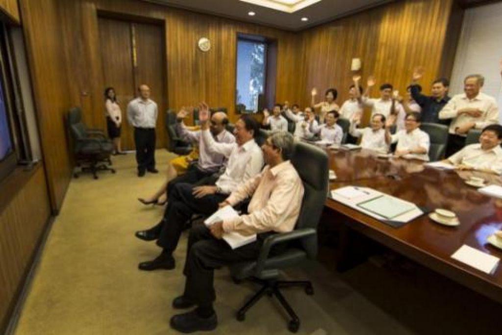 UCAPAN BAGI PM LEE: Para menteri Kabinet berpeluang berkomunikasi dengan Encik Lee menerusi sidang video semalam. - Foto FACEBOOK ENCIK TEO CHEE HEAN