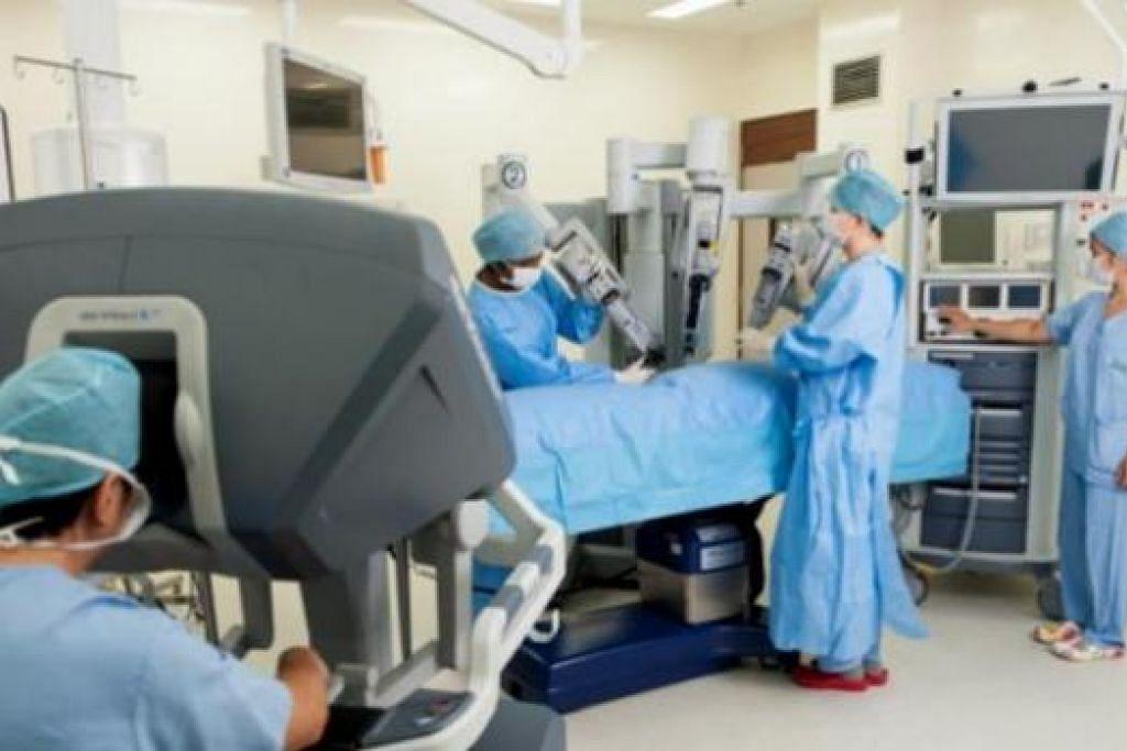 CANGGIH: Pakar perubatan kini dapat memanfaatkan robot pembedahan da Vinci untuk mempermudah tugas mengeluarkan tumbuhan yang mempunyai sel barah daripada tubuh manusia. - Foto fail