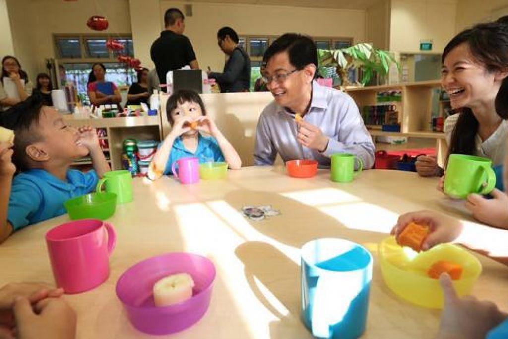 TADIKA MOE: Encik Heng berinteraksi dengan kanak-kanak di tadika MOE Punggol View yang terletak di Sekolah Rendah Punggol View. - Foto THE STRAITS TIMES