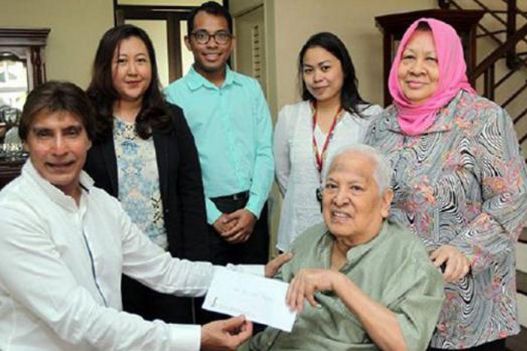 SAMPAIKAN SUMBANGAN: DJ Dave (kiri) mewakili Yayasan Artis 1 Malaysia menyampaikan sumbangan kepada SM Salim. - Foto HARIAN METRO