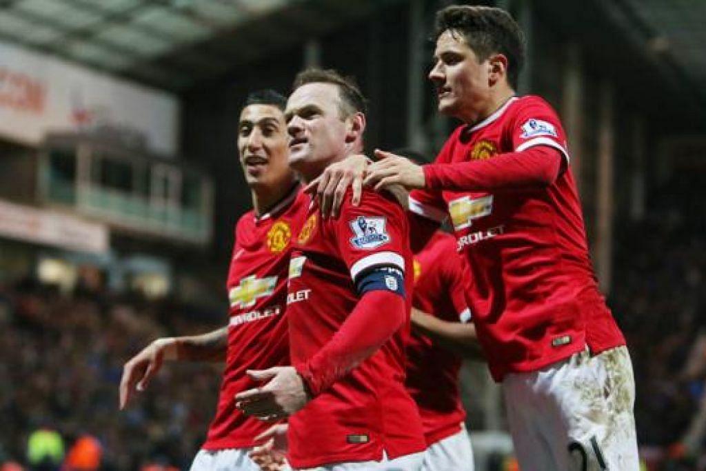 PAMER KEGAGAHAN: Wayne Rooney (tengah) dikerumuni rakan-rakan - Angel di Maria (kiri) dan Ander Herrera - selepas menjaringkan gol ketiga Manchester United. United menewaskan Preston North End 3-1 untuk melayakkan diri ke suku akhir pertandingan Piala FA awal pagi semalam. - Foto REUTERS