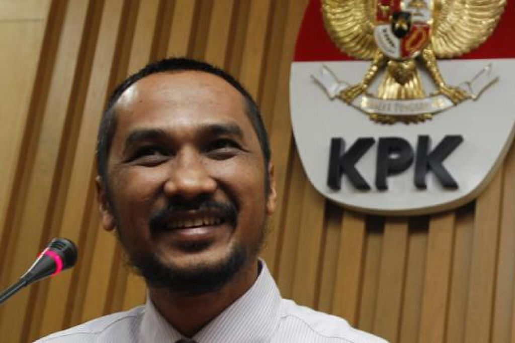 SUSPEK TERBARU: Penamaan Encik Abraham Samad sebagai suspek mencetuskan lagi ketegangan antara polis dan KPK. - Foto REUTERS