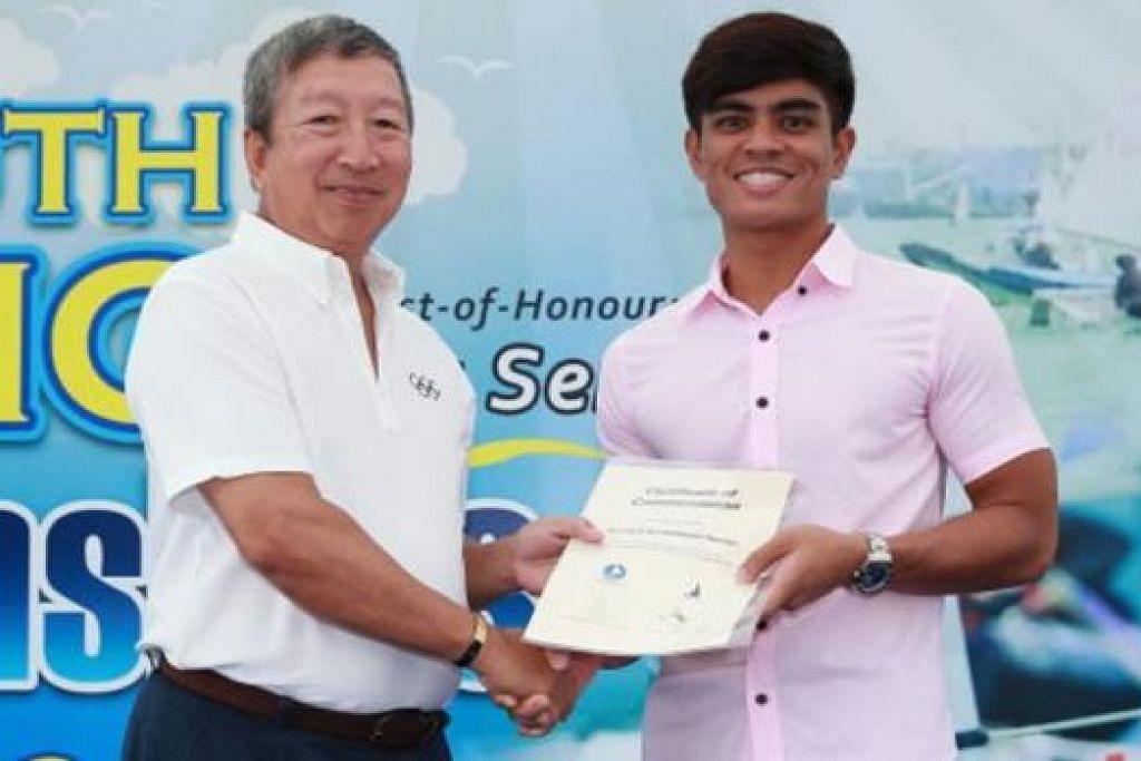 TERIMA SIJIL: Encik Nur Hafiz (kanan) menerima sijil penghargaan daripada Anggota Jawatankuasa Olimpik dan Pengerusi Jawatankuasa Pemasaran Majlis Olimpik Kebangsaan Singapura (SNOC), Encik Ng Ser Miang, kerana terlibat secara sukarela dalam penganjuran kejuaraan papan luncur angin terbuka Asia SIM Singapura tahun lalu. - Foto KELAB PELAYARAN SINGAPURA