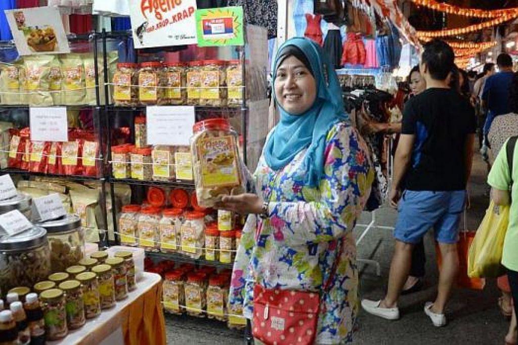 ANAK MELAYU DI CHINATOWN: Cik Fatimah menunjukkan antara keropok yang dijual di gerainya di bazar Tahun Baru Cina di Chinatown. – Foto JOHARI RAHMAT