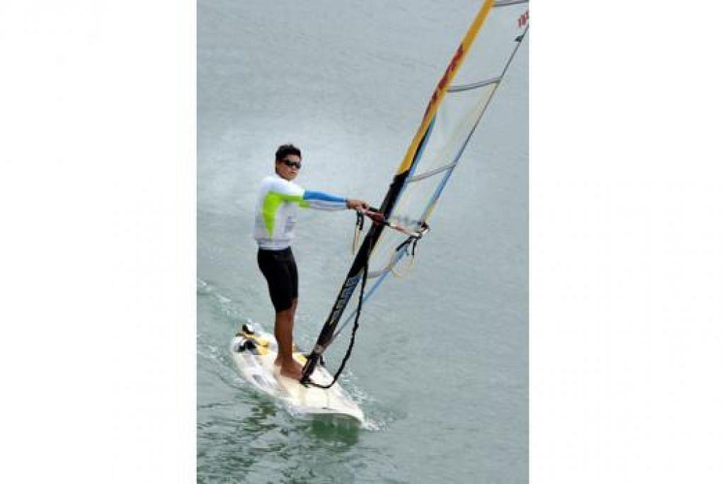 SELESA DI LAUT: Encik Nur Hafiz kini dapat merasakan lonjakan adrenalin setiap kali melakukan kegiatan papan luncur angin yang diceburinya sejak dua tahun lalu. - Foto M.O. SALLEH