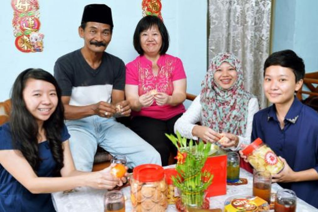 MERAI TAHUN BARU CINA: Anak gadis pasangan Encik Mohamad Afandi Suradi dan Cik Sulizah Tan Abdullah@ Tan Hui Ngo, (dari kiri) Cik Nurlizah, Cik Nur'izzah, dan Cik Nurhafizah, seronok menyambut perayaan dua budaya. – Foto KHALID BABA