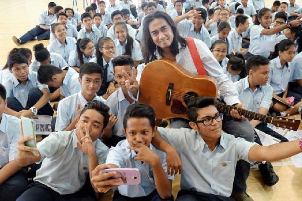 TERHIBUR: Para pelajar Melayu peringkat menengah tiga dari Sekolah Menengah Hongkah terhibur dengan persembahan lagu Fikir-fikir dan Rilek Brader oleh penyanyi Art Fazil. - Foto JOHARI RAHMAT