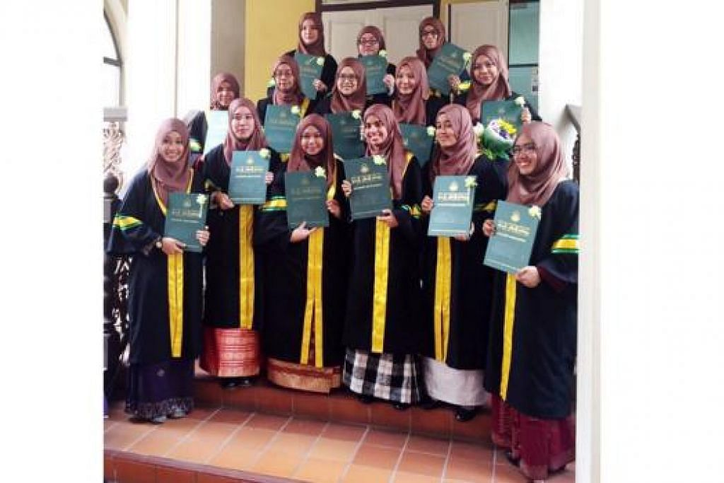 KUMPULAN PERINTIS: Seramai 14 pelajar menerima Diploma Pengajian Islam daripada Madrasah Alsagoff dalam satu majlis Sabtu lalu. - Foto MADRASAH ALSAGOFF AL-ARABIAH