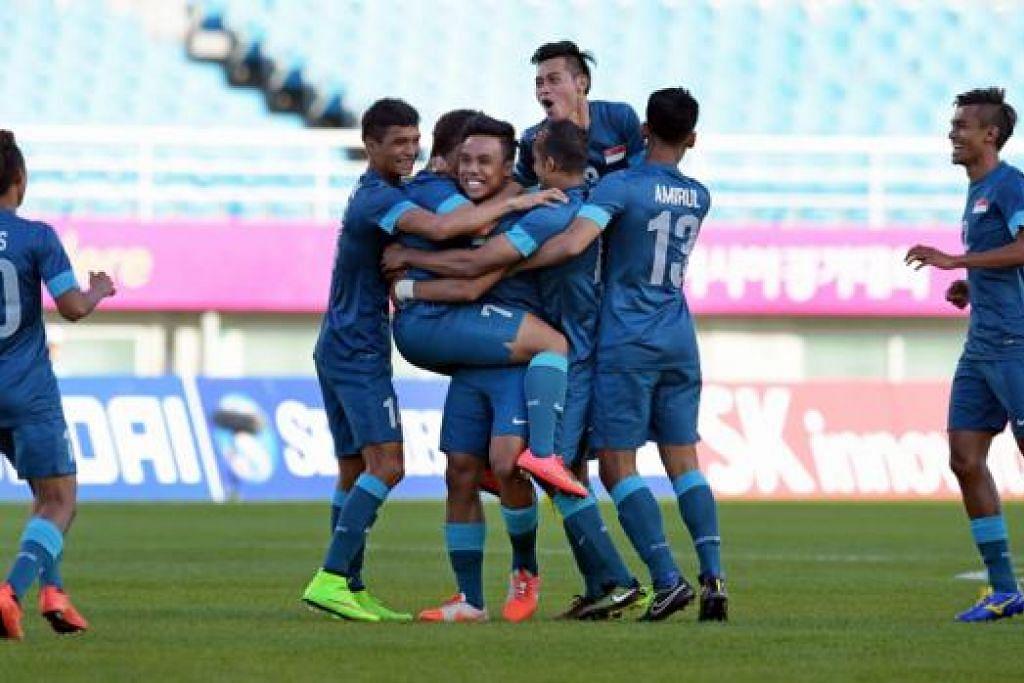 PERMULAAN BAIK: Fadli (tiga dari kanan) antara pemain penting bagi skuad Sukan Asia yang menundukkan Palestin 2-0 di Incheon, Korea Selatan, tahun lalu. - Foto fail