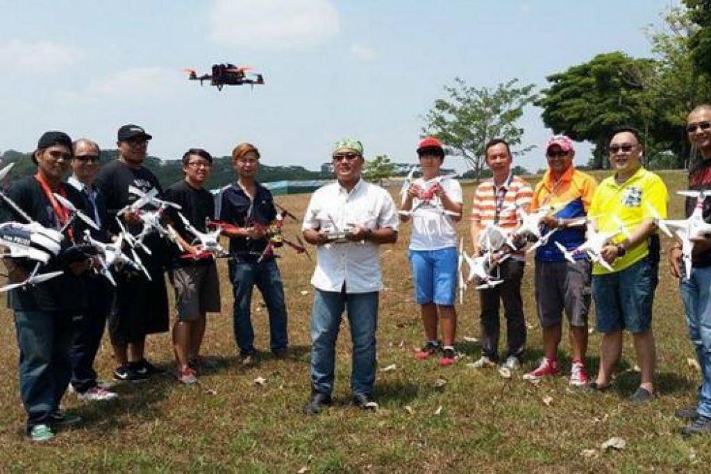 KAKI TERBANG: Singapore Drones Kaki mempunyai sekitar 100 anggota, kebanyakannya menerbangkan dron berjenama DJI. - Foto ihsan HASSAN