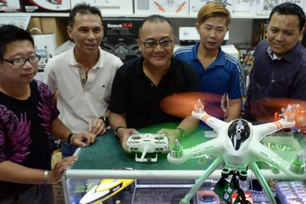 KUMPULAN PENGGEMAR DRON: Kumpulan Hobbysquare Flyers yang ditubuhkan baru-baru ini terdiri daripada beberapa anggota penggemar dron, termasuk Encik Hassan Saidi (tengah).