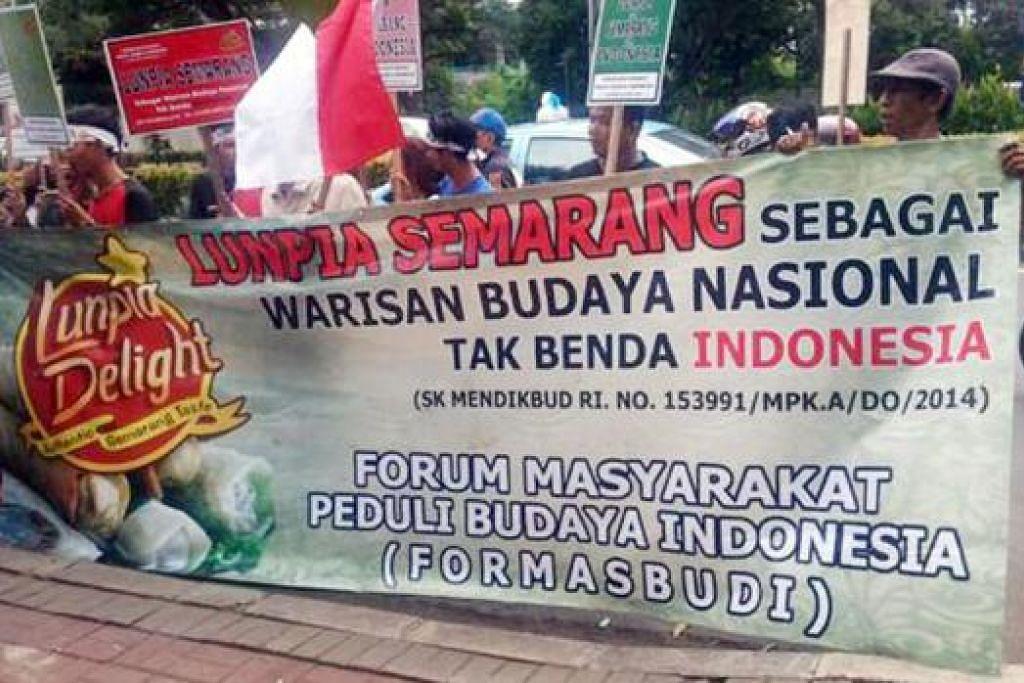 DEMONSTRASI: Ramai yang datang untuk menyuarakan agar kerajaan Malaysia tidak menyenaraikan popia sebagai masakan warisan Malaysia. – Foto LAMAN TWITTER DATUK SERI ZAHRAIN MOHAMED HASHIM