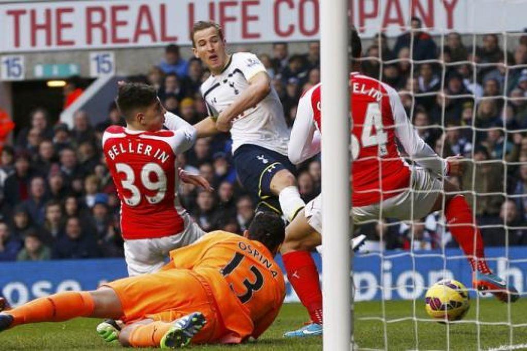 LEBIH TAJAM?: Penyerang Spurs Harry Kane (jersi putih) menjaringkan dua gol semasa pasukannya menewaskan Arsenal 2-1 awal bulan ini. - Foto: Reuters.
