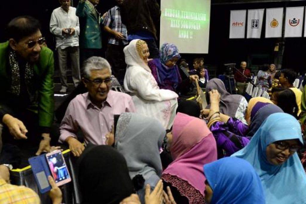 TERKILAN: Dato' A. Rahman Hassan (baju hijau) cuba melayan peminatnya yang mahu berbual dan bergambar dengannya kerana terkilan tidak dapat membuat persembahan selepas di konsert 50 Tahun Pop Yeh Yeh Ekstravaganza dihentikan secara mendadak. - Foto ZAINAL YAHYA