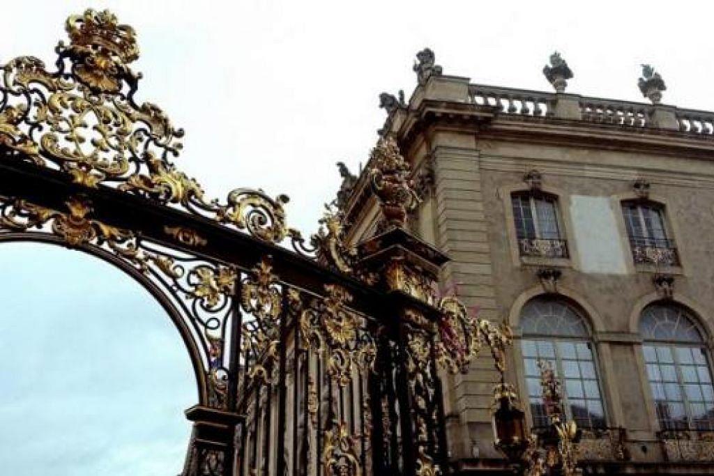 ARCA SENI: Penulis merakam arca dengan seni bina gaya 'Art Noveau' di Place Stanislas, Nancy. - Foto-foto ihsan ZAKI ZULFAKAR NOORDIN