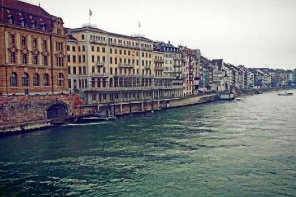 MENGGAMIT RASA NOSTALGIA: Inilah pemandangan Bandar Lama Basel yang dilihat dari jambatan The Mittlere Brücke, Switzerland. - Foto-foto ihsan ZAKI ZULFAKAR NOORDIN