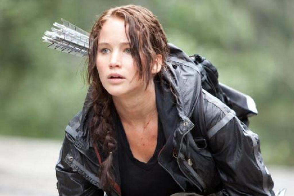 NILAI SEMANGAT JUANG: Watak utama cerita, Katniss Everdeen, yang dilakonkan oleh Jennifer Lawrence (gambar) menampilkan watak wanita yang bersemangat waja daripada novel popular , The Hunger Games. - Foto-foto CATHAY ORGANISATION & SCHOLASTIC