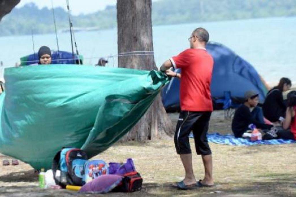 BERSANTAI DI PANTAI: Khemah menjadi alat penting bagi keluarga berkelah di pantai sambil mencari perlindungan daripada terik panahan matahari.