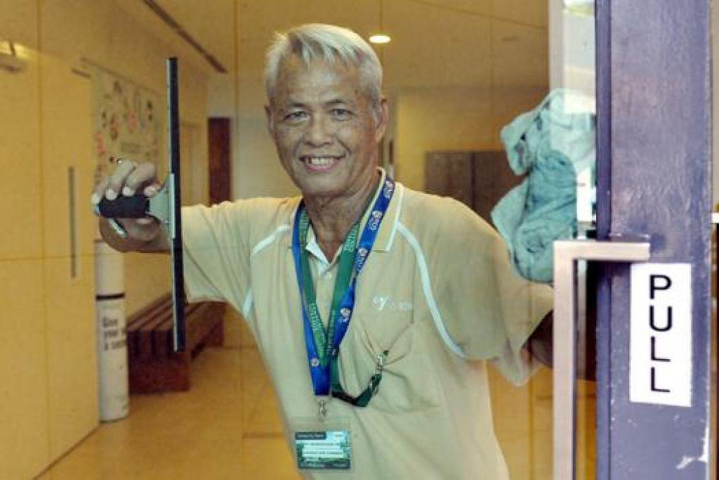 BOSAN BERSARA: Encik Salleh ingin sentiasa aktif bekerja walaupun umur sudah mencecah tujuh dekad. - Foto M.O. SALLEH