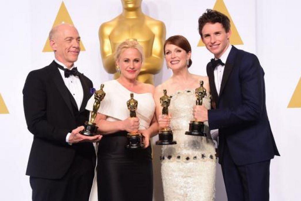 KONGSI GEMBIRA: Pemenang Pelakon Pembantu Terbaik, (dari kiri) J.K. Simmons dan Patricia Arquette, bergambar bersama pemenang Pelakon Terbaik, Julianne Moore dan Eddie Redmayne.