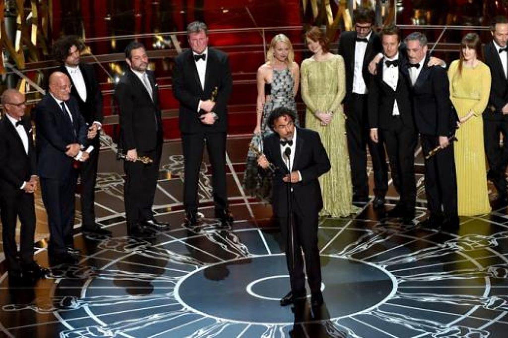 YANG TERBAIK: Pengarah filem Birdman, Alejandro Gonzalez Inarritu (tengah), dengan pelakon dan kru apabila menerima anugerah bagi Filem Terbaik semasa masjlis penyampaian Anugerah Academy ke-87 semalam. - Foto-foto AFP