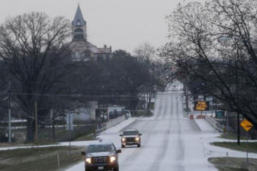 DILANDA RIBUT SALJI: Salji menyeliputi jalan raya di Stephenville, Texas, semalam. Ribut salji juga menyebabkan terputusnya bekalan elektrik dan menjejas beribu-ribu penduduk. - Foto REUTERS