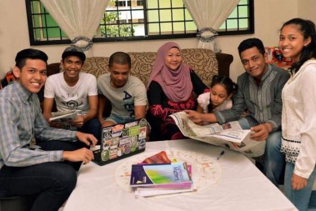 BELANJAWAN MELEGAKAN: Pasangan Encik Mustaffa Ismail (dua dari kanan) dan isterinya Cik Siti Kamilah Kasman (empat dari kanan) bersama anak mereka, (dari kiri) Iskandar Zulkarnain, Zikry Zulfiqar, Nikki Amirul, Nur Izzati Farhanah dan Nur Nihayatul Istianah, berasa lega kerana Belanjawan Negara tahun ini banyak membantu mengurangkan beban dan kos keluarga. - Foto KHALID BABA