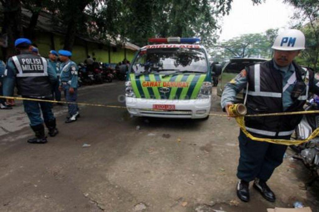 MENJEJAKI BAHAN BUKTI: Polis membuat pemeriksaan selepas sebuah bom kecil meletup di dalam tandas lelaki di sebuah pusat beli-belah sibuk di pinggir Jakarta kelmarin. - Foto KOMPAS