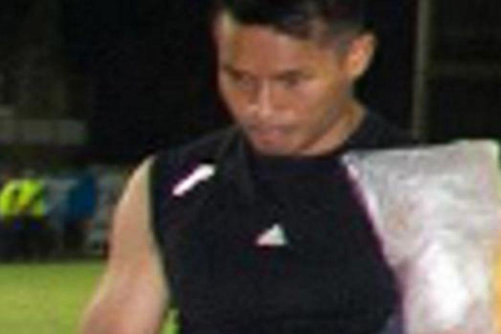BERTEKAD CEPAT PULIH: Hassan Sunny kembali ke Singapura minggu depan bagi menjalani rawatan PRP yang diharap dapat mempercepat proses pemulihan. - Foto FANS OF ARMY UNITED