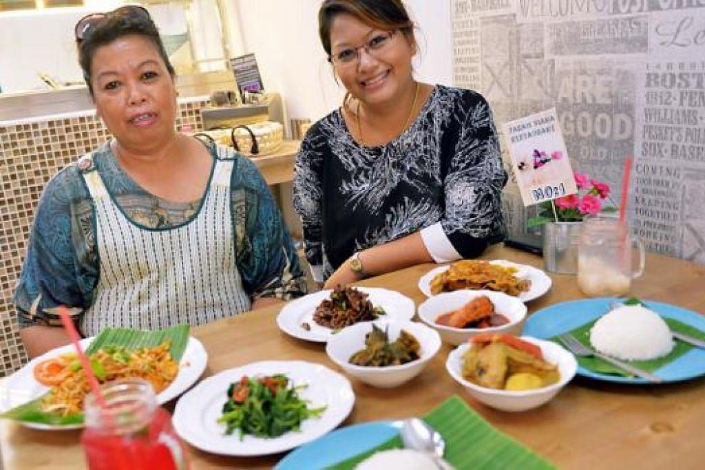 JAYA LUASKAN PERNIAGAAN: Cik Rosdiana Md Zan (kanan) dengan ibunya, Cik Kamariah Hashim, yang membuka restoran Farah Diana di North Bridge Road. - Foto-foto KHALID BABA