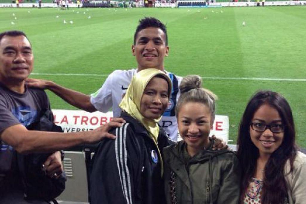 SOKONGAN MORAL: Safuwan bergambar bersama isterinya, Alia Qistina, serta bapa dan ibunya - Encik Baharudin dan Cik Suria Haniffa - selepas kemenangan Melbourne City FC ke atas Adelaide United kelmarin. Paling kanan ialah sepupu Alia. – Foto ihsan BAHARUDIN ABDUL GHANI