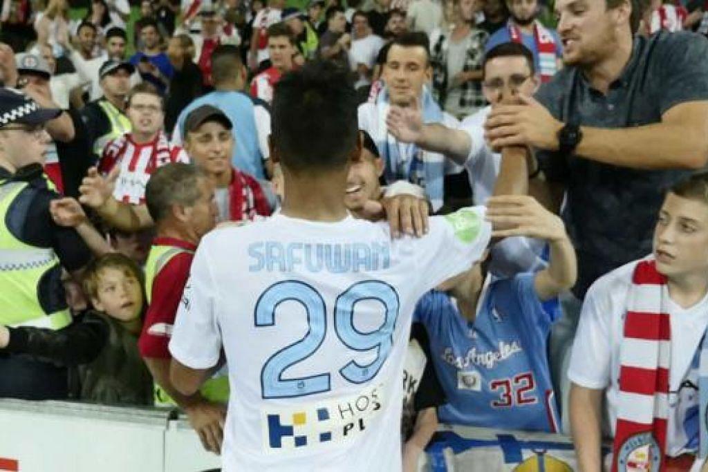 TAHNIAH DARIPADA PENYOKONG: Safuwan mendapat ucapan tahniah daripada para penyokong Melbourne City FC yang meraikan kemenangan pasukan itu kelmarin. – Foto MELBOURNE CITY FC