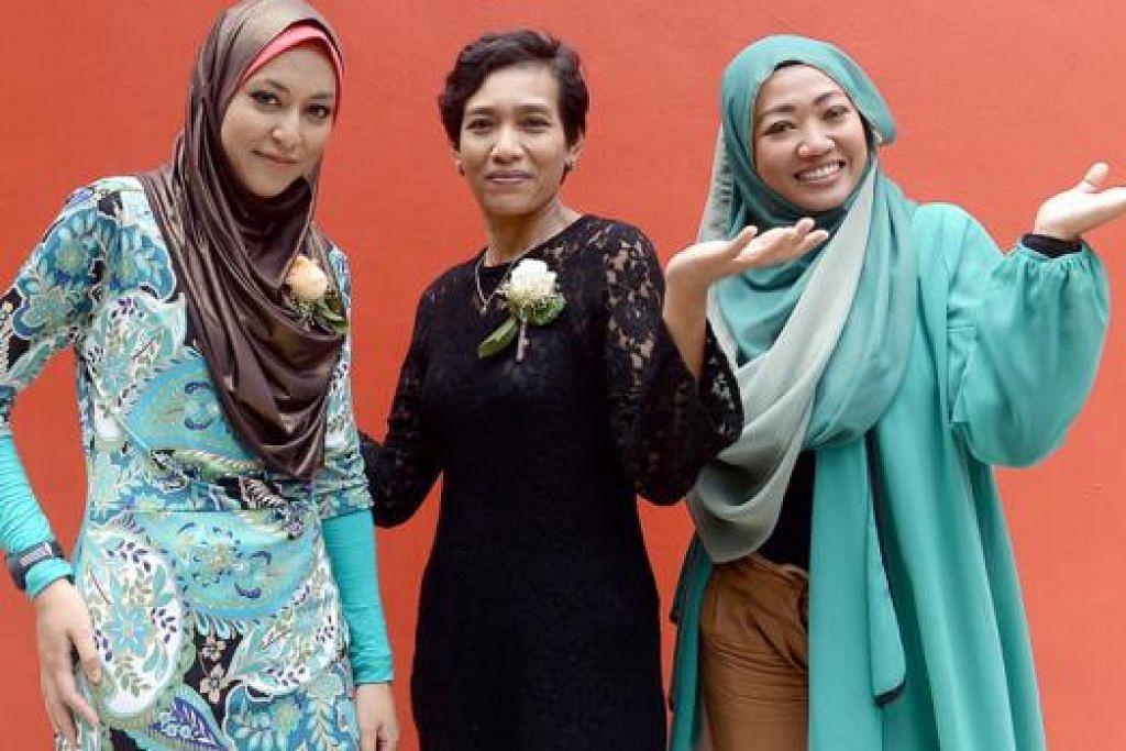 LUPAKAN DERITA LAMA: Usahawan produk kolagen, Cik Sazrina Abdul Rashid (kanan), bangkit daripada kedukaan silam menjanda pada usia 17 tahun. Bersamanya ialah dua lagi ibu tunggal yang cekal, Cik Nur Kamilah Mohd Sharip (kiri) dan Cik Siti Mardiah Ahmad.